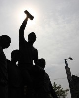 Bobby Moore statuen - Uden for Upton Park - -AX- flickr.com