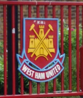 West Ham logo ved Boleyn Ground - toast81 - flickr.com