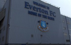 Udenfor Goodison Park - Everton badge - fabiopaoleri - flickr.com